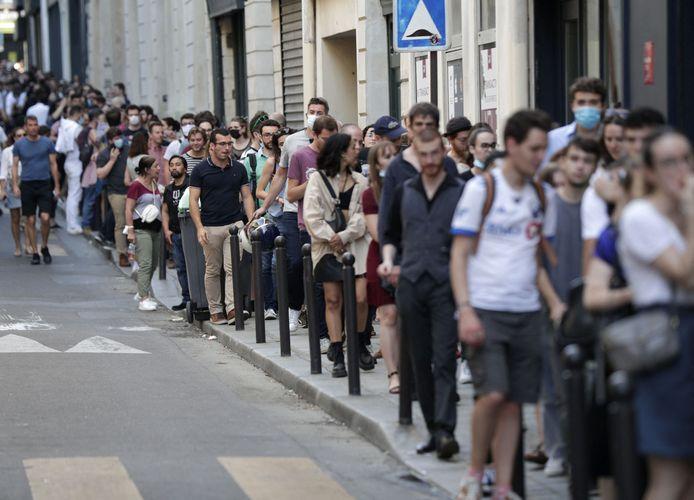 """La file des gens à la première de """"Kaamelott"""" au Grand Rex à Paris."""