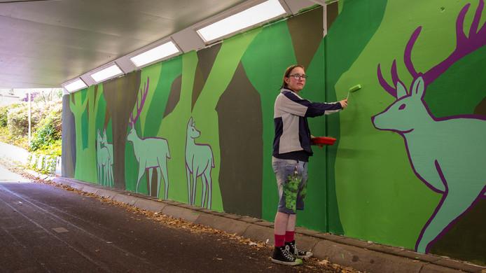 Groen en bruin zijn de basiskleuren die Marijn van de Visser heeft gebruikt om zijn ontwerp op de muren van de fietstunnel aan te brengen.