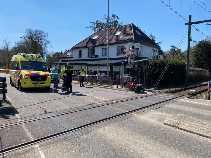 Door een aanrijding tussen een motor en auto in Nunspeet is er momenteel geen treinverkeer tussen Zwolle en Amersfoort