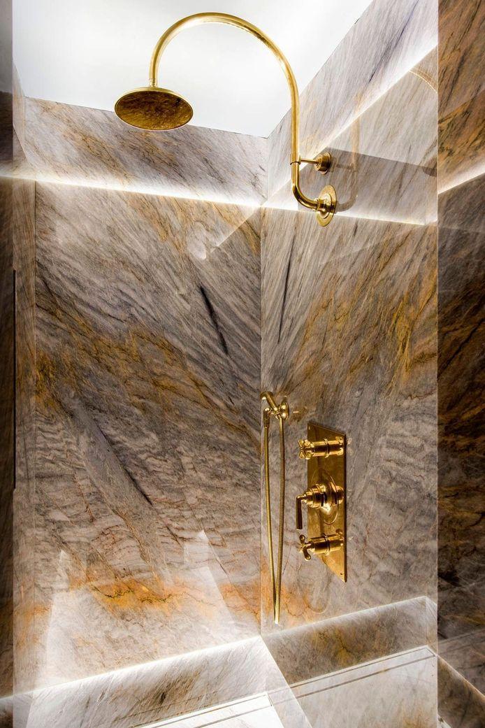 Het marmer zorgt ervoor dat deze douche er erg indrukwekkend uitziet.