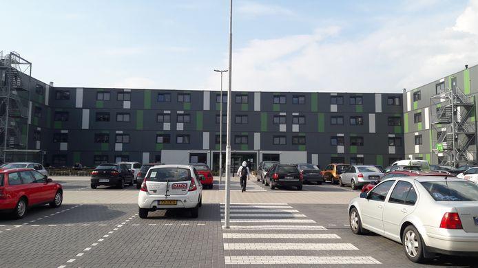 Op de campus voor arbeidsmigranten in Waalwijk is plaats voor 400 mensen. Honderd units zijn tweepersoons en vijftig units zijn voor vier personen. Alleen volwassenen vanaf 18 jaar mogen hier wonen.