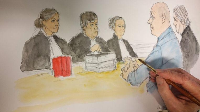 De rechtbanktekenaar legt de laatste hand aan het portret van Wim S.  Beeld rv