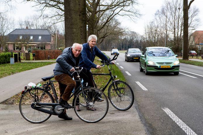 Koos de Doelder (links) en Derk Berends moeten vaak vijf minuten wachten voordat ze veilig de Zutphenseweg tussen Vorden en Warnsveld kunnen oversteken. Het toenemende verkeer rijdt op hoge snelheid langs hun huizen.