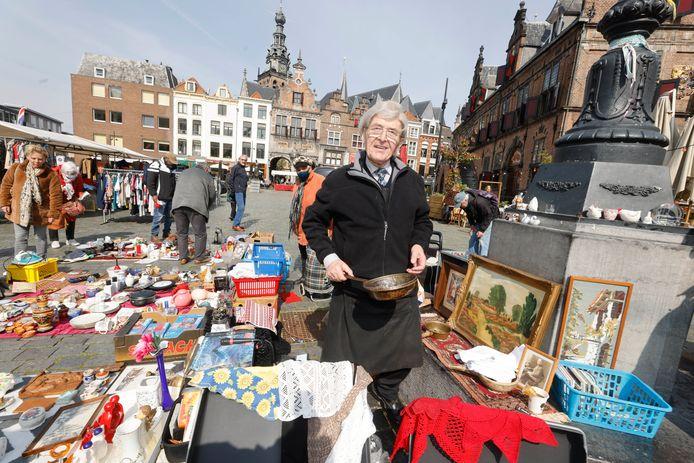 Hentje Peters staat weer op de Lusemert op de Grote Markt in Nijmegen
