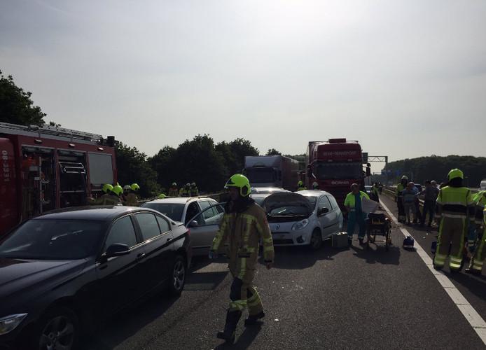 Ravage op de A326 na het ongeval tussen een vrachtwagen en meerdere auto's in mei 2017.