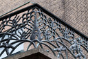 Borstwering van het hoofdbalkon van het stadhuis, waarop de geschiedenis van Enschede is verbeeld.