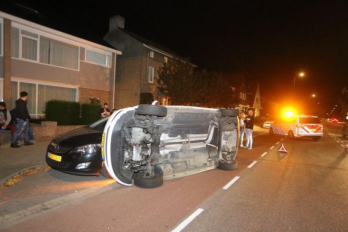 Auto belandt op zijn kant na botsing tegen kerende wagen.