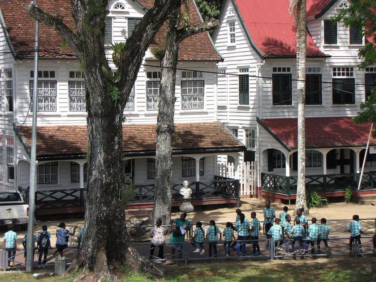 De opgeknapte houten officierswoningen bij fort Zeelandia vormen nu één geheel.  Beeld Frans de Graaf