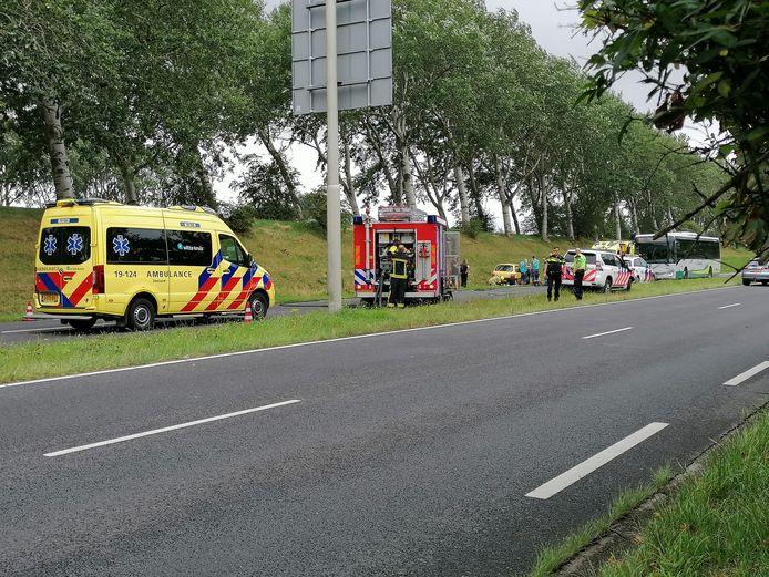 De bestuurder van de auto is met een ambulance naar het ziekenhuis gebacht.