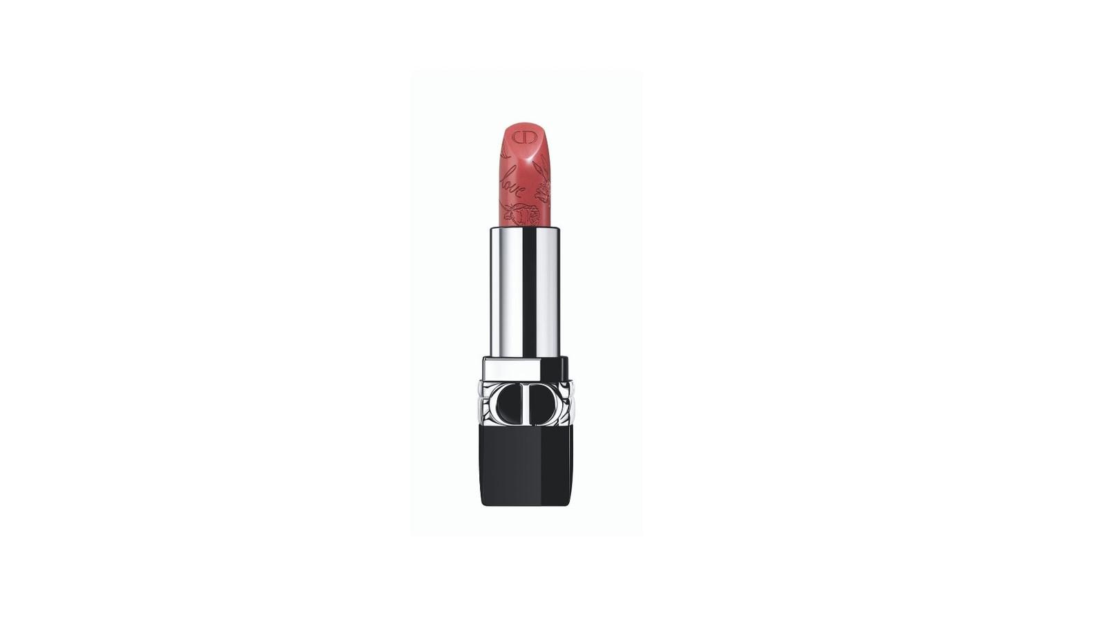 L'iconique rouge à lèvres est disponible chez les revendeurs Dior Make-up et en ligne au prix de 45,17 euros.
