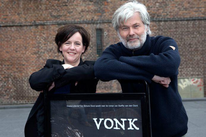 Erik Karel de Vries (rechts) die de theatervoorstelling heeft gemaakt, samen met Mijntje van den Berk, die verantwoordelijk is voor de productie en vormgeving.