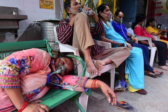 Coronapatiënten krijgen zuurstof toegediend. India blijft kampen met een oplopend zuurstoftekort.