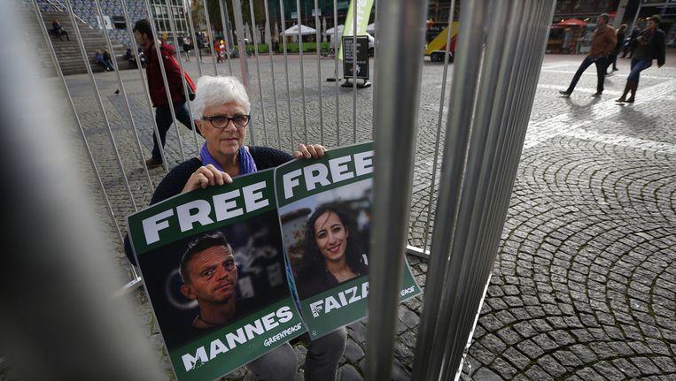 De moeder van de Nederlandse Greenpeace-activist Mannes Ubels, een van de 30 die vasten zit in het Russische Moermansk, demonstreert in een kooi op de Grote Markt in Groningen Beeld ANP