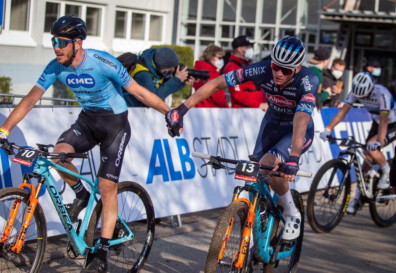 Mathieu van der Poel wordt gefeliciteerd.