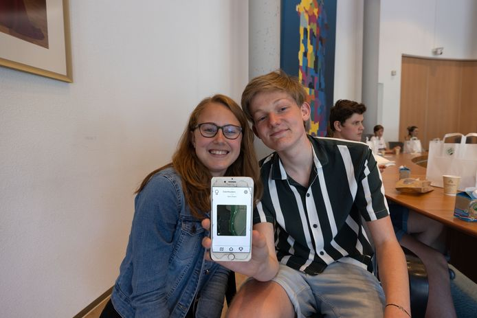 Kyara Wezenberg (15) en Dani Zwiers (14) presenteren de app, waarmee je opgespoord zwerfafval kunt scannen en punten kunt scoren door het in een vuilnisbak te deponeren.