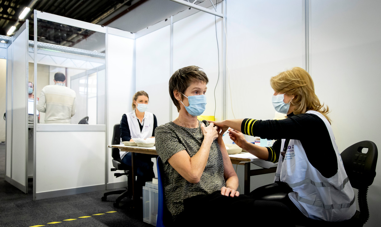 Een zorgmedewerker laat zich vaccineren tegen het coronavirus. Beeld Hollandse Hoogte /  ANP