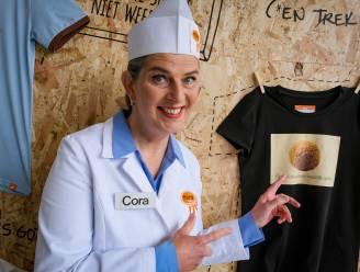 """Cora van Mora en ZEB lanceren kledinglijn met frikandellen en bitterballen: """"Wie wil nu niet zo'n humoristische T-shirt?"""""""