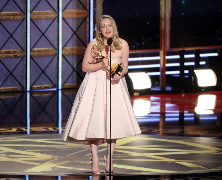 Elizabeth Moss accepteert de Emmy voor beste hoofdrol in een dramaserie in 'The Handmaid's Tale'. Beeld reuters