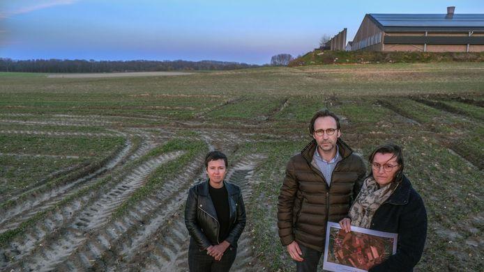 Buren Anita Garreyn, Andy Deleu en Regine Hautekeur met op de achtergrond het kippenbedrijf.