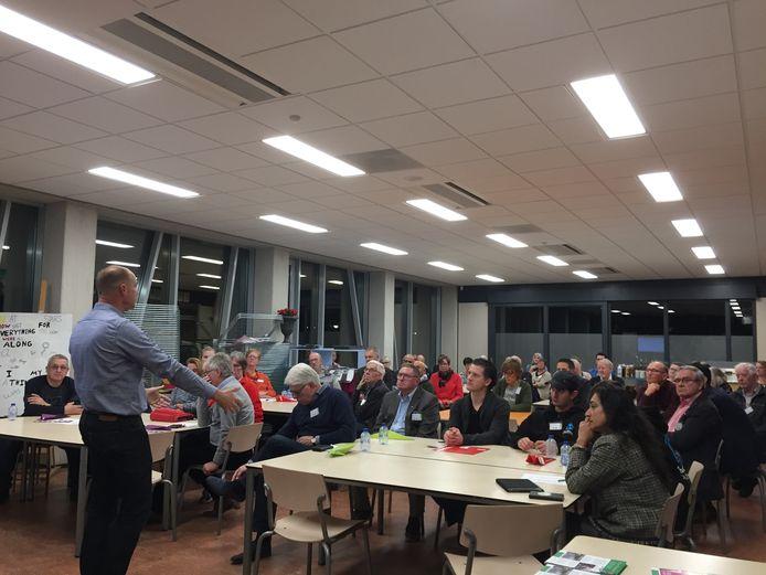 Roosendaal Ontmoet Roosendaal: Hans Hoekman van Buurt Bestuurt vertelt over enkele succesvolle participatieprojecten in Rotterdam.  Foto Marjo Peppelaar.