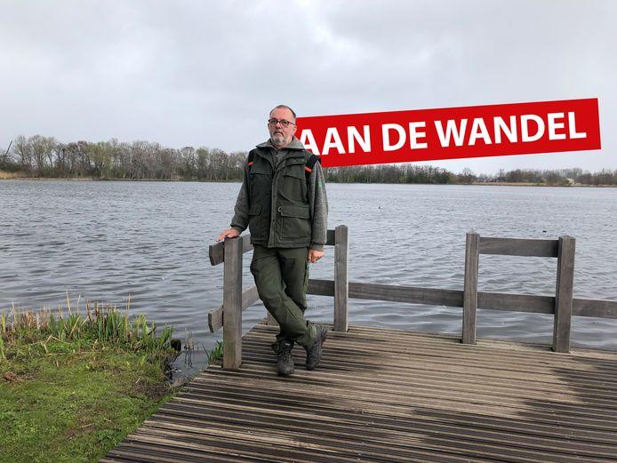 Boswachter Arie van den Broek voor de veenplas in 't Weegje. Hij is er al 19 jaar boswachter en zit dan ook vol met verhalen.