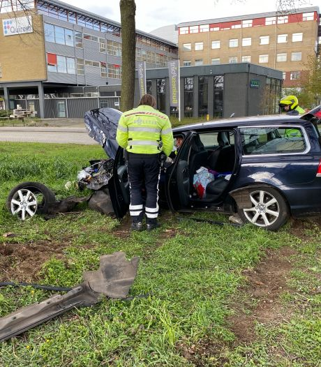 Auto crasht tegen boom bij kruising in Deventer: inzittenden gewond