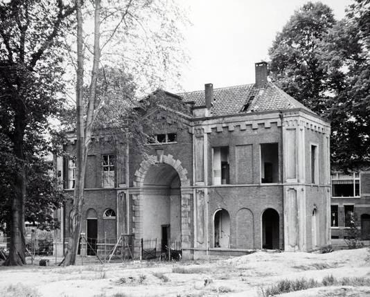 Sloop in 1960 van het fraaie toegangsgebouw van de begraafplaats aan de Onder de Linden.
