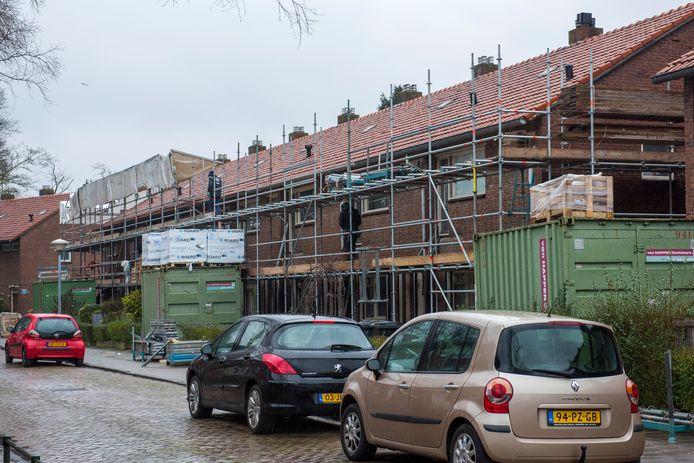 Ondanks de coronacrisis worden op veel plekken renovatie- en nieuwbouwprojecten voortgezet. Zo ook de renovatie van woningen van 'thuis in de Eindhovense wijk 't Ven. Wel blijven de werkzaamheden hier beperkt tot de buitenkant van de panden.