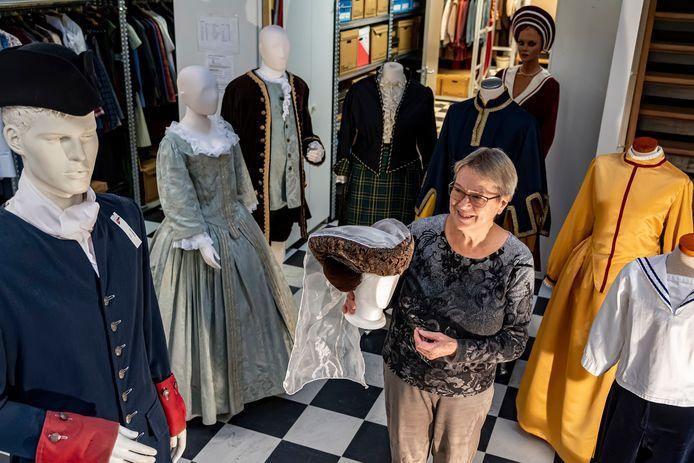 Ria Weyts in het atelier. Ze maakt zich grote zorgen om de toekomst van de Stichting Historische Kostuums.