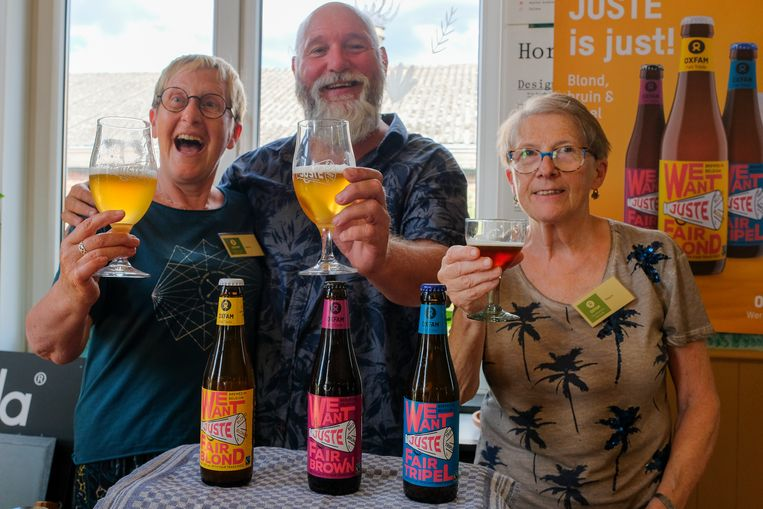 Vrijwilligers van Wereldwinkel Vilvoorde Gerda, Erik en Magda met het nieuwe bier.
