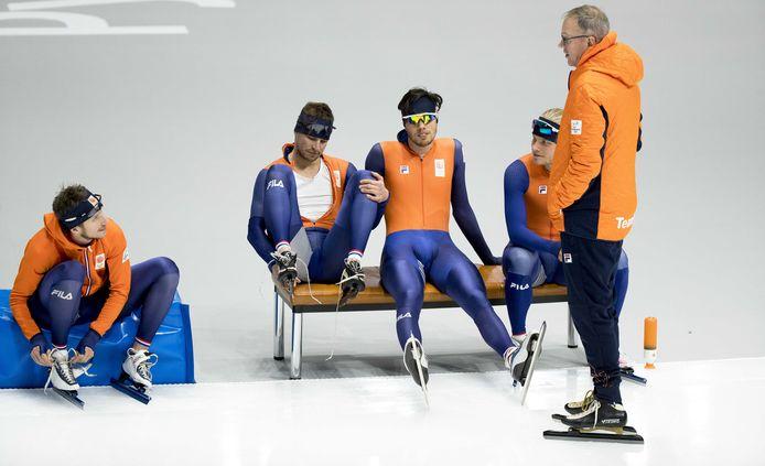 Sven Kramer, Patrick Roest, Koen Verweij en Jan Blokhuijsen praten met Geert Kuiper.