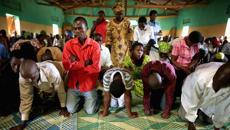 Inwoners van Rwanda bezoeken een kerk op de vooravond van de herdenking van de genocide. Beeld getty