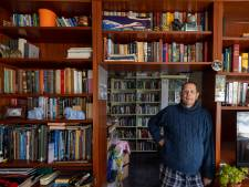 Ongeneeslijke zieke Emmeloorder wil van enorme boekenverzameling af: 'Anders zit mijn familie er straks mee'