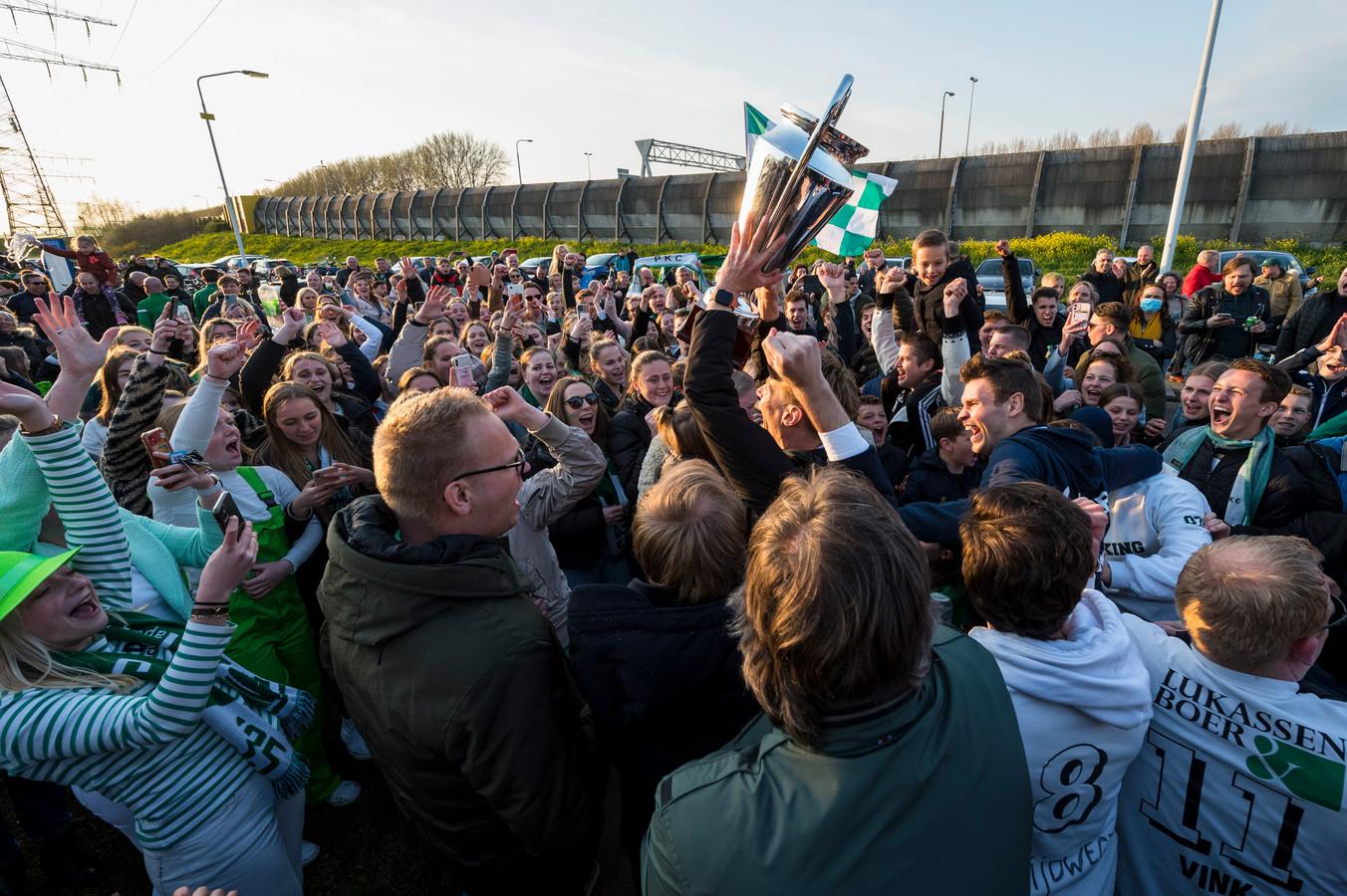 De spelersbus werd door honderden PKC fans onthaald in Papendrecht.