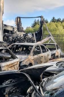 Enorme chaos door brand bij autobedrijf in Den Dolder