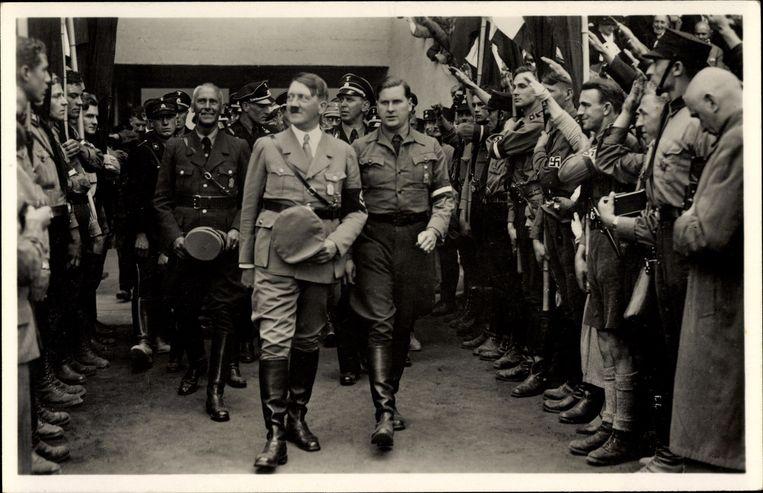 Baldur von Schirach (r.), baas van de Hitlerjugend, naast Adolf Hitler op de opening van de Reichsparteitag in Neurenberg in 1933.  Beeld BELGAIMAGE
