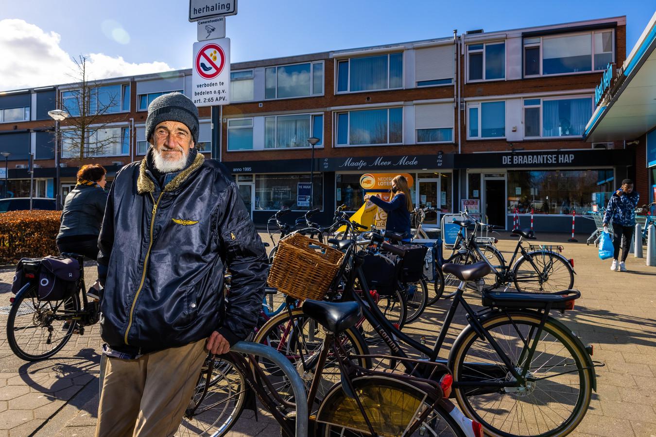 Rob Hamers bij het Bloemenoordplein in Waalwijk, waar eerder vanwege hem een bedelverbod is ingesteld.