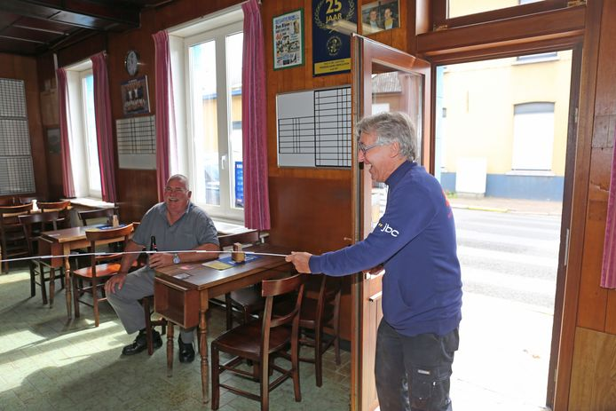 Een van de stamgasten  kwam vanmiddag het café binnen met een meter om op ludieke wijze de 'social distance' te checken.