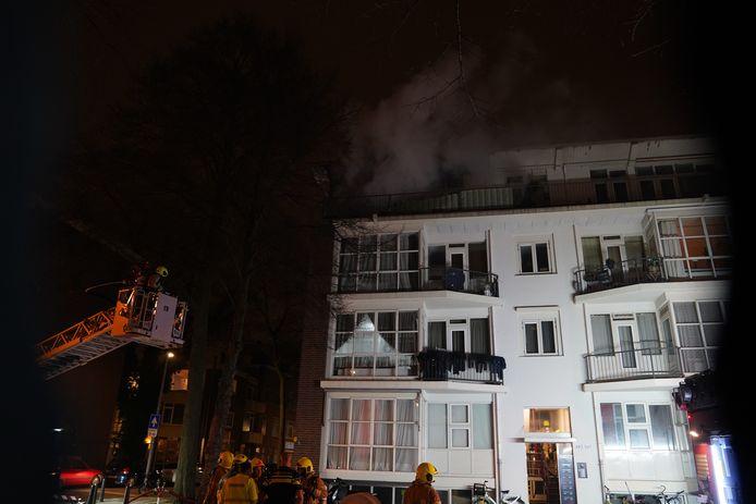 Er werden hoogwerkers ingezet om de brand beter te kunnen blussen.
