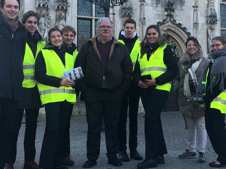 De jongeren met gele hesjes geven meer informatie over de gebouwen op de Burg én de nieuwe app.