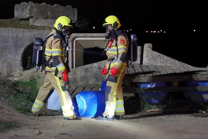 De hulpdiensten hebben de vaten overeind gezet om verder lekken te voorkomen in Niftrik.