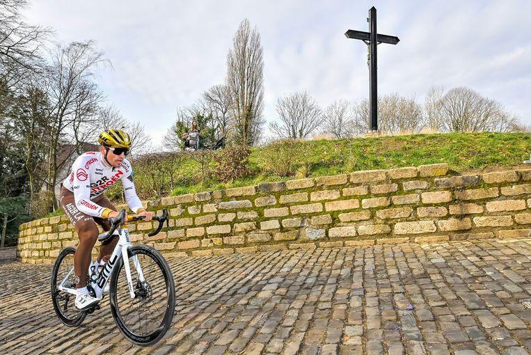 De Belg Greg Van Avermaet trekt zich naar boven tijdens een verkenning van Omloop Het Nieuwsblad, de traditionele openingskoers van het wielerseizoen wordt zaterdag gereden. Beeld BELGA
