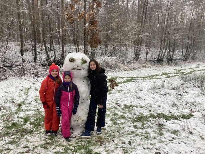 Mona, Nore en Linde maakten samen een sneeuwman in het Stropersbos.