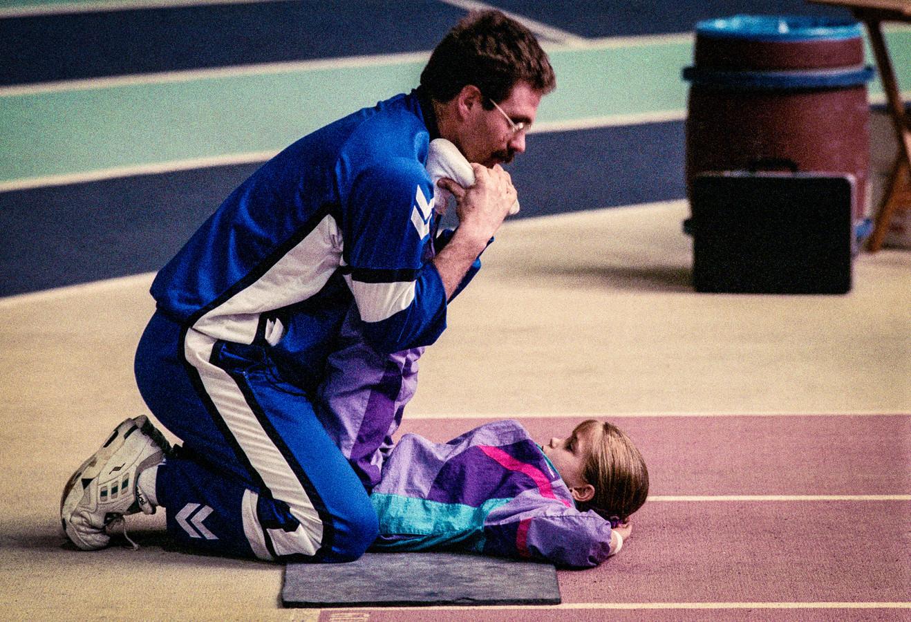 Turntalent Stasja Köhler en haar coach Gerrit Beltman in 1991. Köhler probeerde psychisch en lichamelijk misbruik in het turnen zeven jaar geleden al aan de kaak te stellen door een boek te schrijven. Er veranderde niets, zag ze. ,,Maar wat er nu gebeurt is positief.''