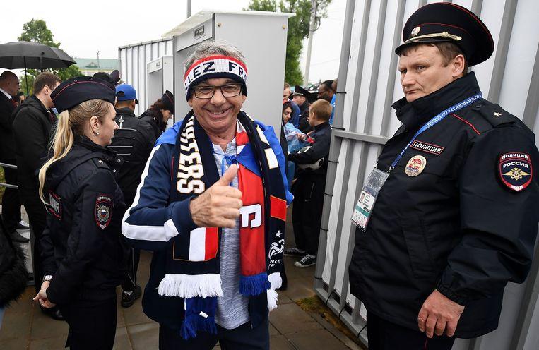 Franse supporters arriveren bij het Glebovets-stadion in Istra waar hun nationale team een training afwerkt. Beeld AFP