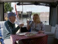 Geliefd tv-duo André van Duin en Janny van der Heijden geniet van tocht over de IJssel: 'Kijk daar, de toren van Hasselt!'