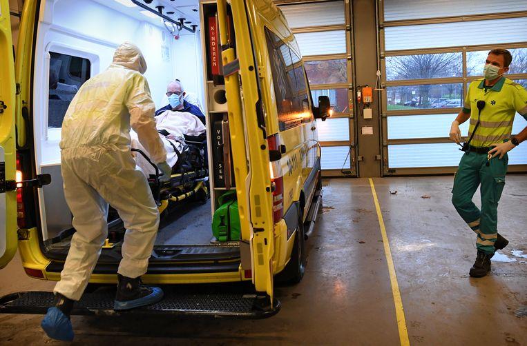 Vanuit de spoedeisende hulp van het Dijklander Ziekenhuis wordt een covid-patiënt overgeplaatst naar een ander ziekenhuis. Beeld Marcel van den Bergh / de Volkskrant