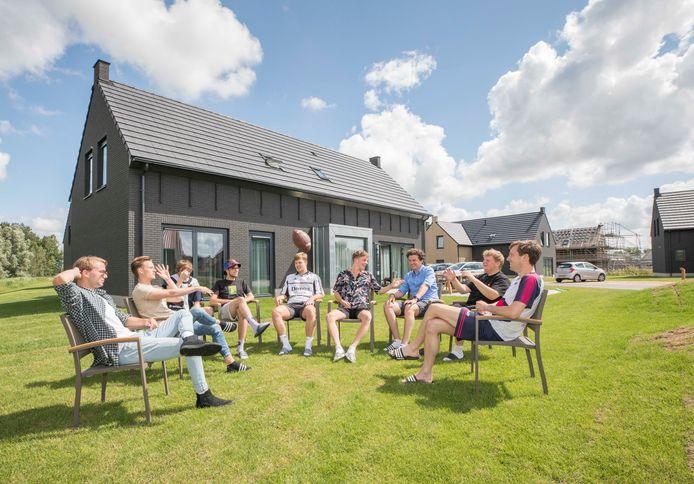 Arnon Boone (zesde van links) met vriendenclub voor het vakantiehuis dat ze huren op Park Veerse Kreek in Wolphaartsdijk.