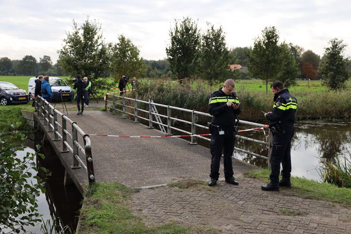 Un périmètre de sécurité a été dressé entre la route et le pont qui mène à la ferme