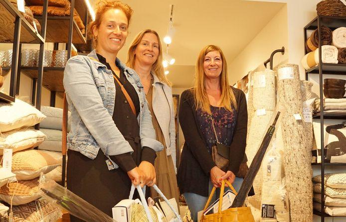 Fran Vanseveren uit Tielt (links) en Tanja Vrielynck uit Brugge (rechts in beeld) wonnen de actie van Shopping Tielt. We zien ze hier met hun prijzen in de hand, samen met Inge Derijcke van De Kamenier.